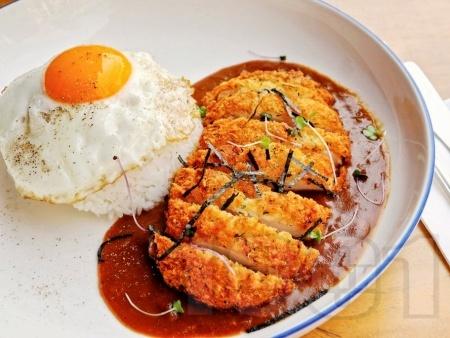 Панирани пилешки гърди със сладко-кисел сос върху салата - снимка на рецептата
